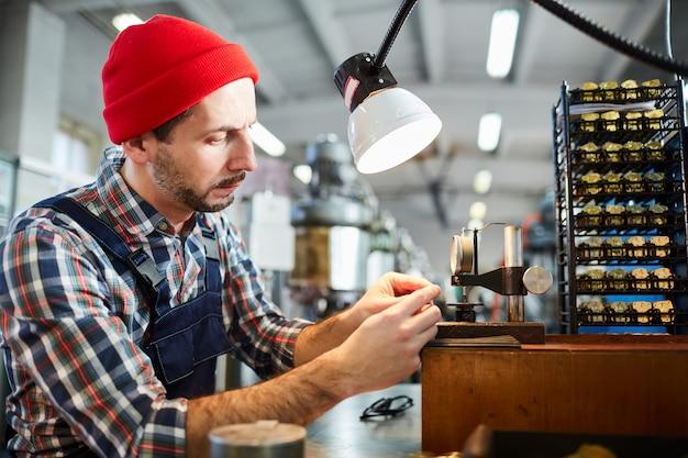 Relojero trabajando en planta