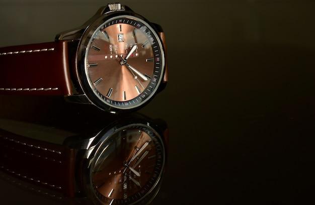 Relojes de lujo en el piso de cristal reflectante