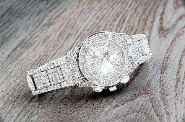 Relojes modernos con pastas brillantes y gemas.