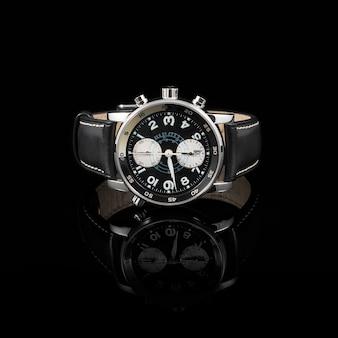 Relojes suizos sobre fondo negro