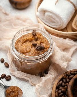 Remedio casero de alto ángulo con granos de café.