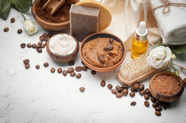 Remedio casero con granos de café de ángulo alto