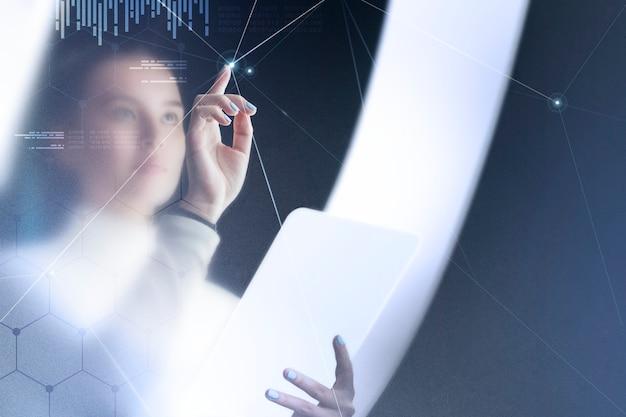 Remix de tecnología de redes futurista con mujer usando pantalla virtual