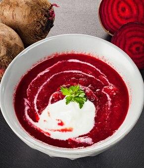 Remolacha, borscht rojo con crema agria y perejil