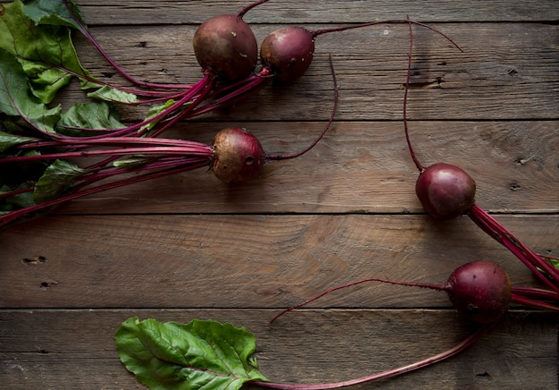 Remolacha orgánica vegetal. raíces de remolacha roja fresca cosechadas en madera. vista superior