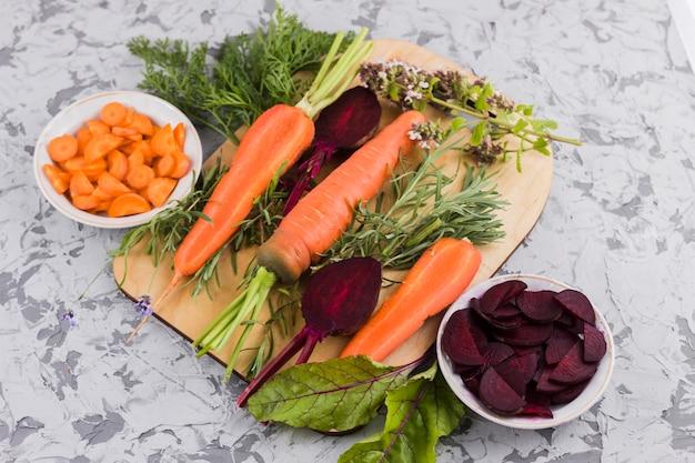 Remolacha y zanahoria sobre tabla de madera