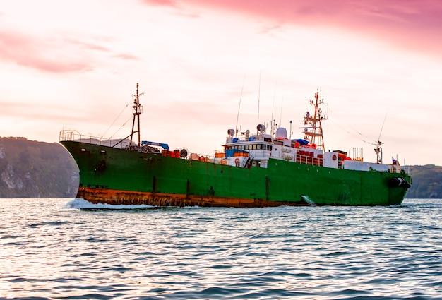 El remolcador en el océano pacífico cerca de la península de kamchatka