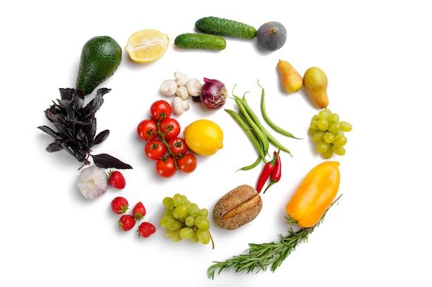 Remolino de frutas y verduras, aislado. comida vegetariana orgánica, surtido de comestibles, productos naturales, concepto de estilo de vida saludable