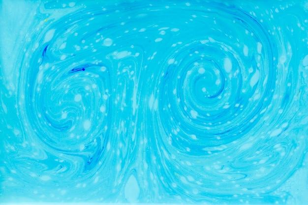Remolino de pintura azul en líquido