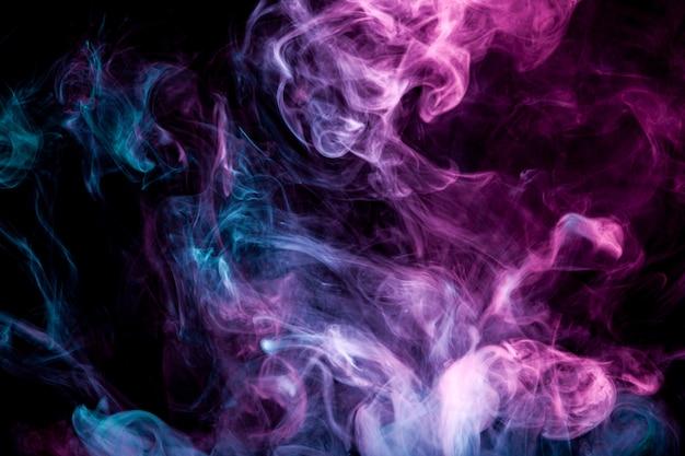 Remolinos de humo azul y púrpura de vape