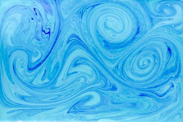 Remolinos en líquido con pintura azul.