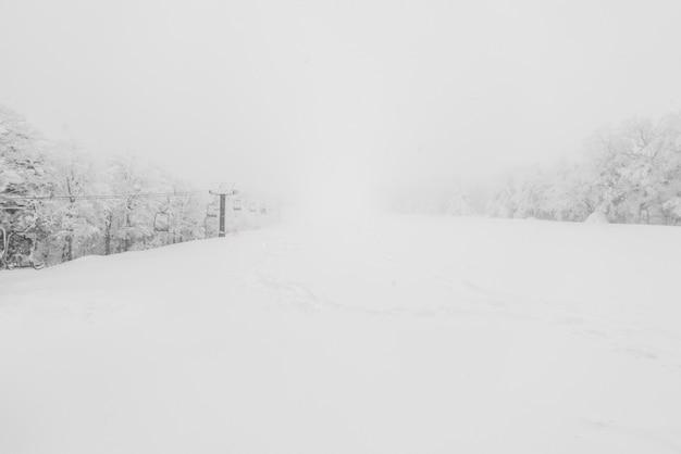 Remonte sobre la montaña de nieve en la estación de esquí