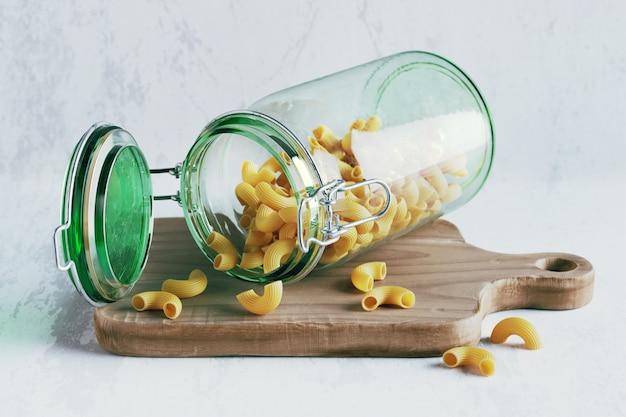 Render 3d de frasco de vidrio con tubos de pasta