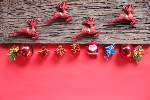 Reno del concepto y decoraciones de la navidad. la vista superior y tiene espacio de la copia.