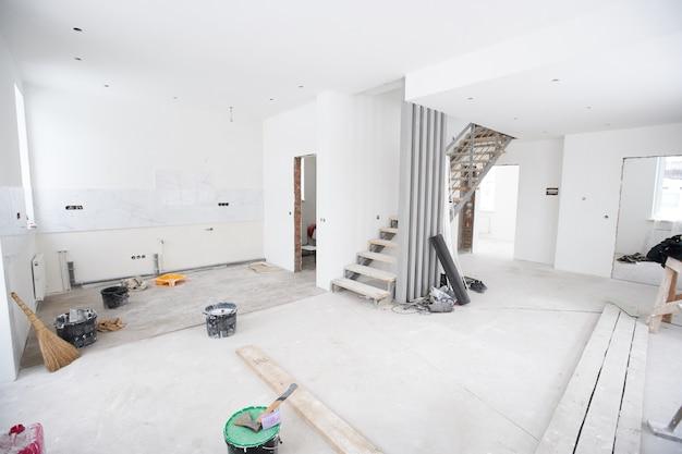Renovación interior de la casa o construcción sin terminar