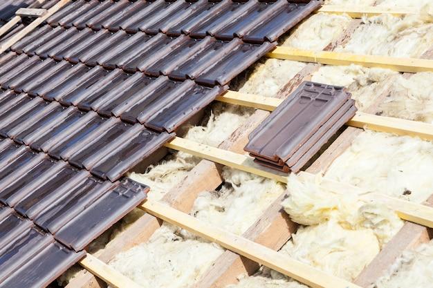 Renovación de un techo de tejas de ladrillo.