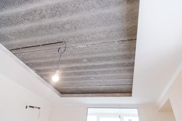 Reparación de caja de techo en la casa. enfoque selectivo.