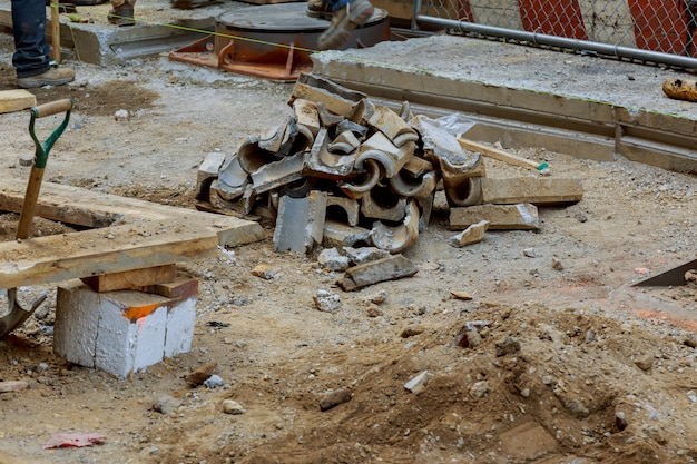 La reparación de la excavadora de instalación de tuberías de comunicaciones de la ciudad excavó una zanja para reemplazar tuberías viejas.