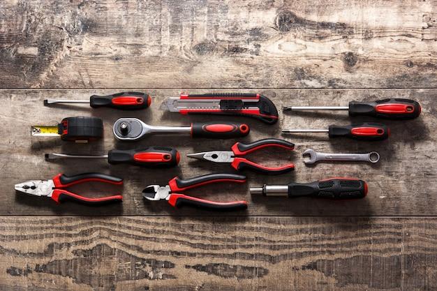 Reparación de herramientas de construcción en mesa de madera, vista superior