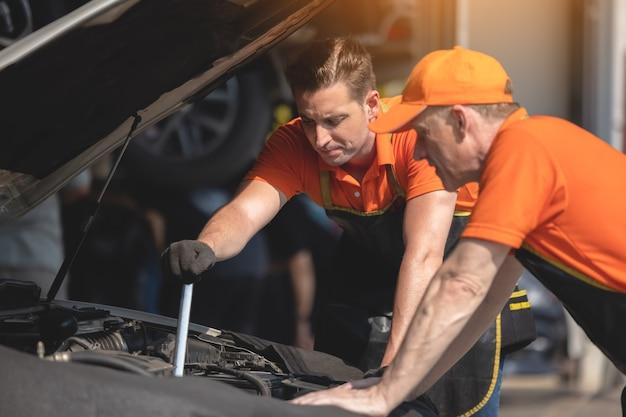 Reparación, hombre, trabajador, pulido, automóvil, carrocería, en, garaje