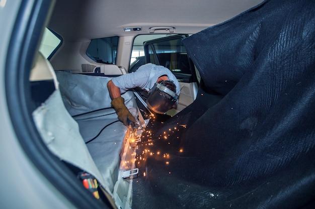 Reparación del interior del coche.