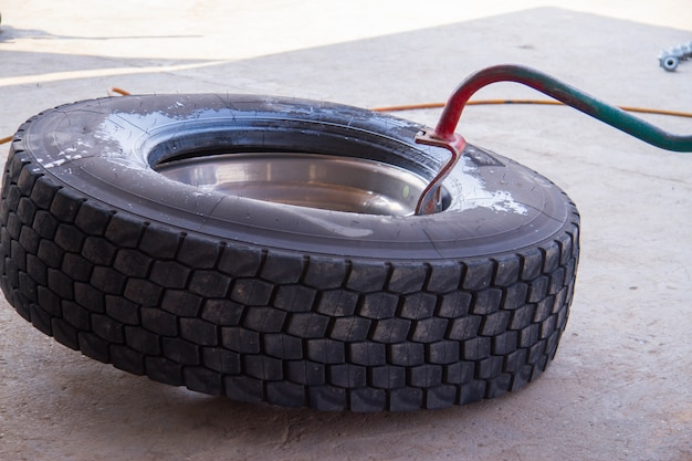 Reparación de neumáticos la reparación del neumático por parte del trabajador.
