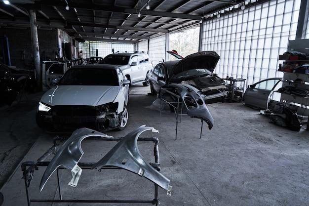 Reparación de un viejo coche roto en el servicio automático