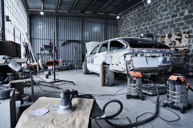 Reparación de un viejo coche roto en el servicio de automóviles