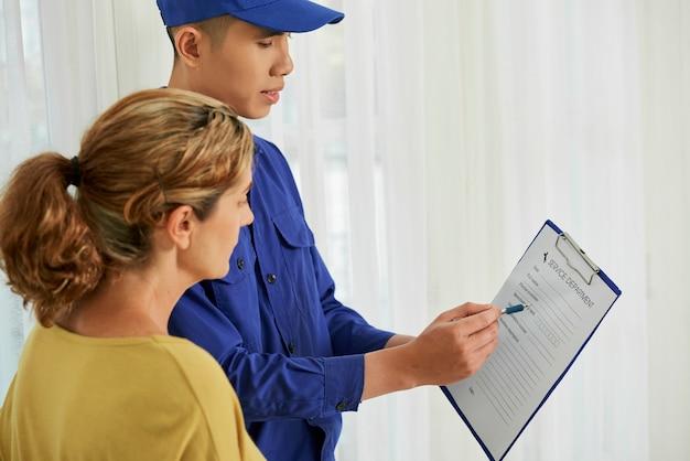 Reparador y ama de casa estudian el contrato