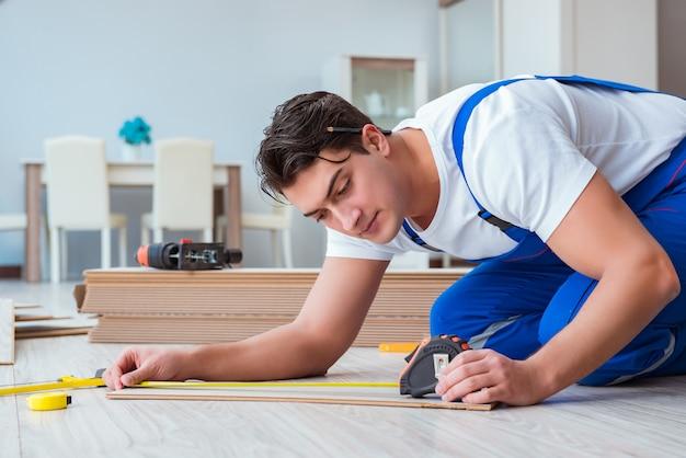 Reparador colocando pisos laminados en casa