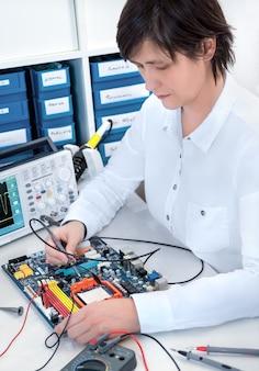 Reparador de electrónica senior trabajando