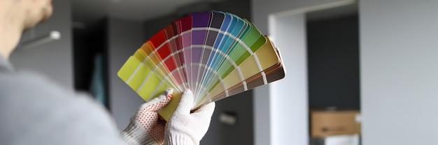 Reparador mirando las paredes y tratando de elegir el color para el interior.