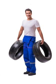 Reparador de neumáticos guapo aislado en blanco