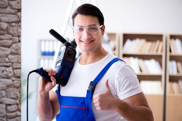 Reparador trabajando con perforadora perforadora