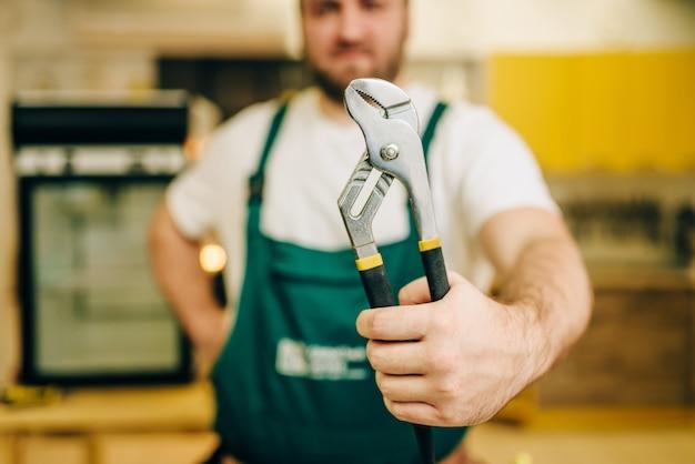 Reparador en uniforme tiene llave, manitas