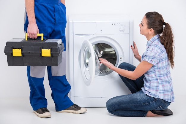 El reparador vino a reparar una lavadora.