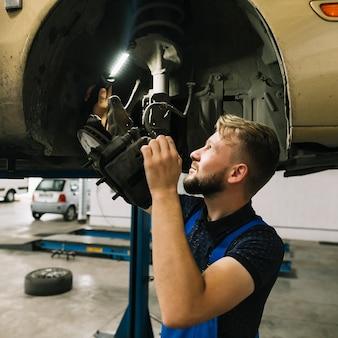 Reparadores que examinan la estructura de la rueda