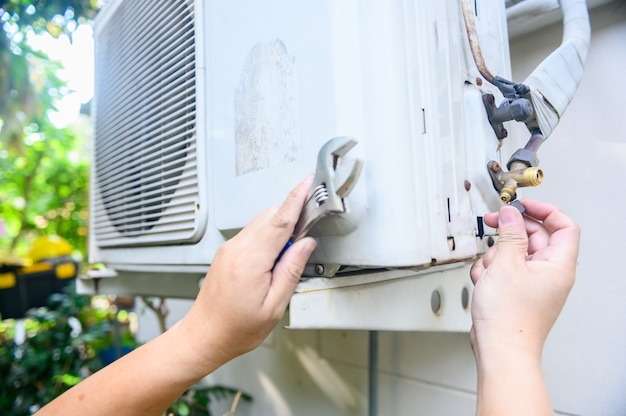 Reparar y arreglar el aire acondicionado en casa. cierre y auto cuarentena en casa durante la crisis del virus corona. quedarse en casa y distanciamiento social.