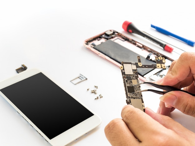 Reparar teléfono inteligente roto en el fondo blanco