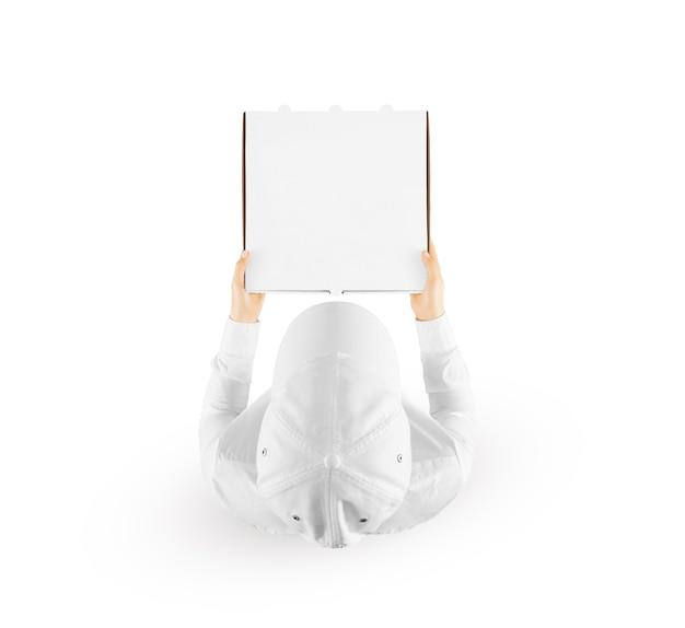 Repartidor con caja de pizza en blanco aislada en blanco, vista superior.