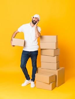 Repartidor entre cajas haciendo gesto de sueño en expresión dorable