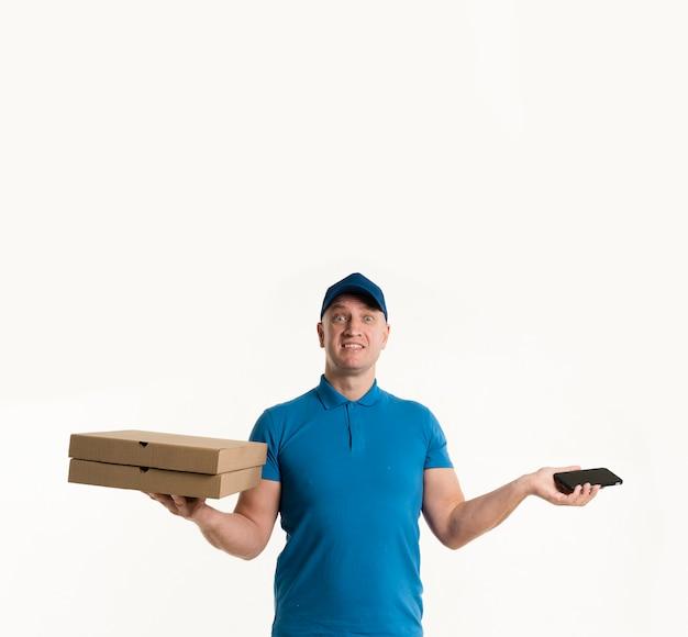Repartidor con cajas de pizza y teléfono inteligente