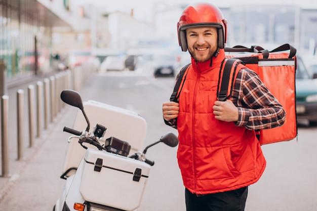 Repartidor de comida entregando comida en scooter