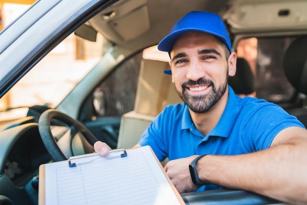 Repartidor dando portapapeles al cliente para su firma.