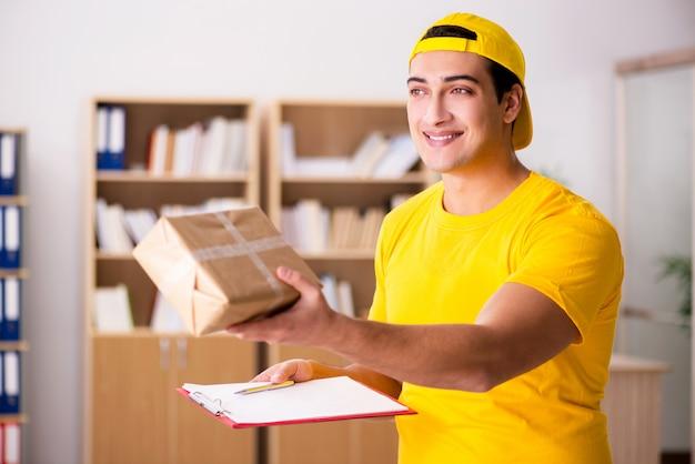 Repartidor entregando caja de paquetería