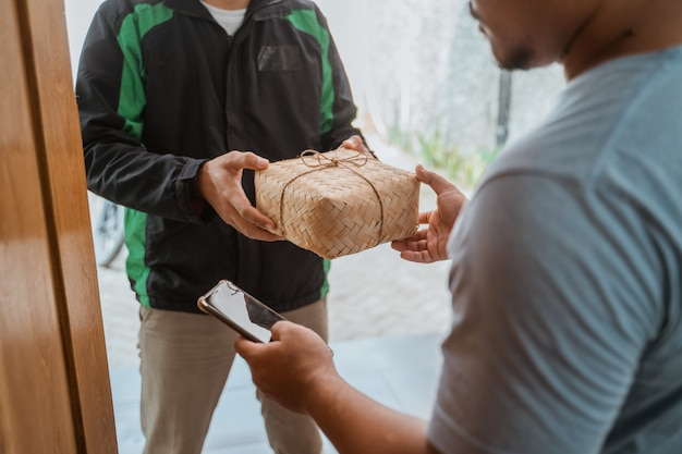 Repartidor entregando una caja