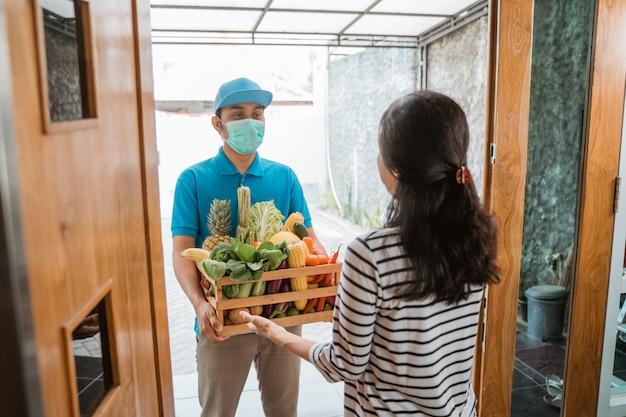 Repartidor entregando comida