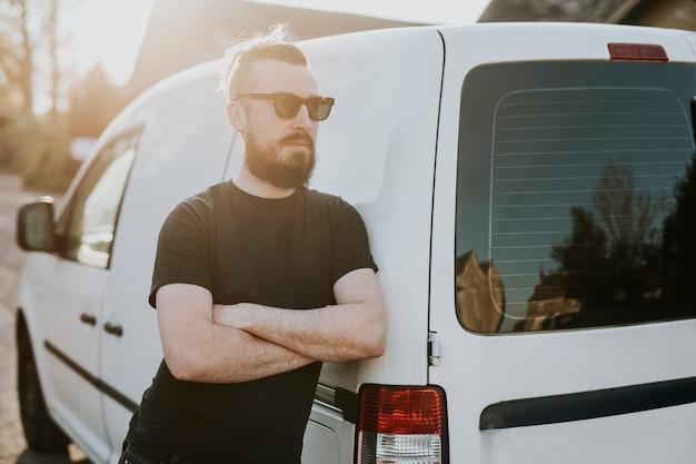 Repartidor con furgoneta blanca