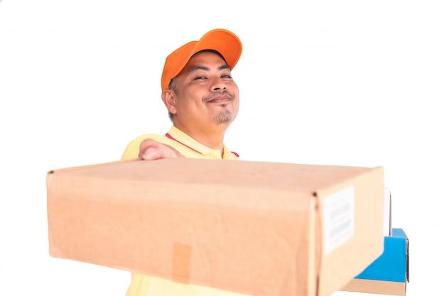 Repartidor con gorra naranja y camisa amarilla. paquete de correo con paquete que se envía al destinatario
