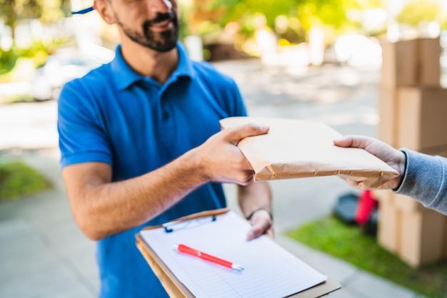 Repartidor haciendo entrega a domicilio al cliente.